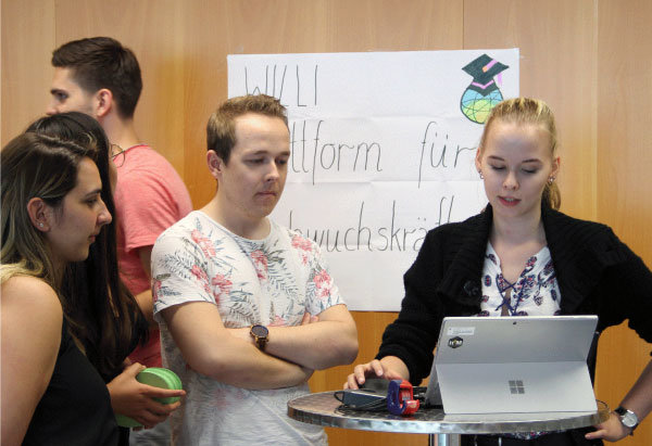 Studentin Vanessa Znidaric stellt Willi bei der Jugend- und Auszubildendenversammlung vor.