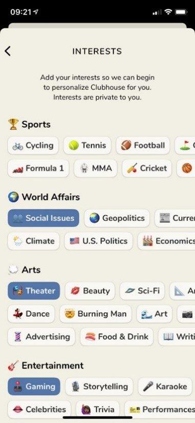 Nutzungsoberfläche der Clubhouse App mit Auswahlmöglichkeit der persönlichen Interessen