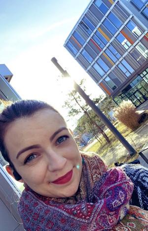 Selfie Ella Hiesch vor IT Rathaus