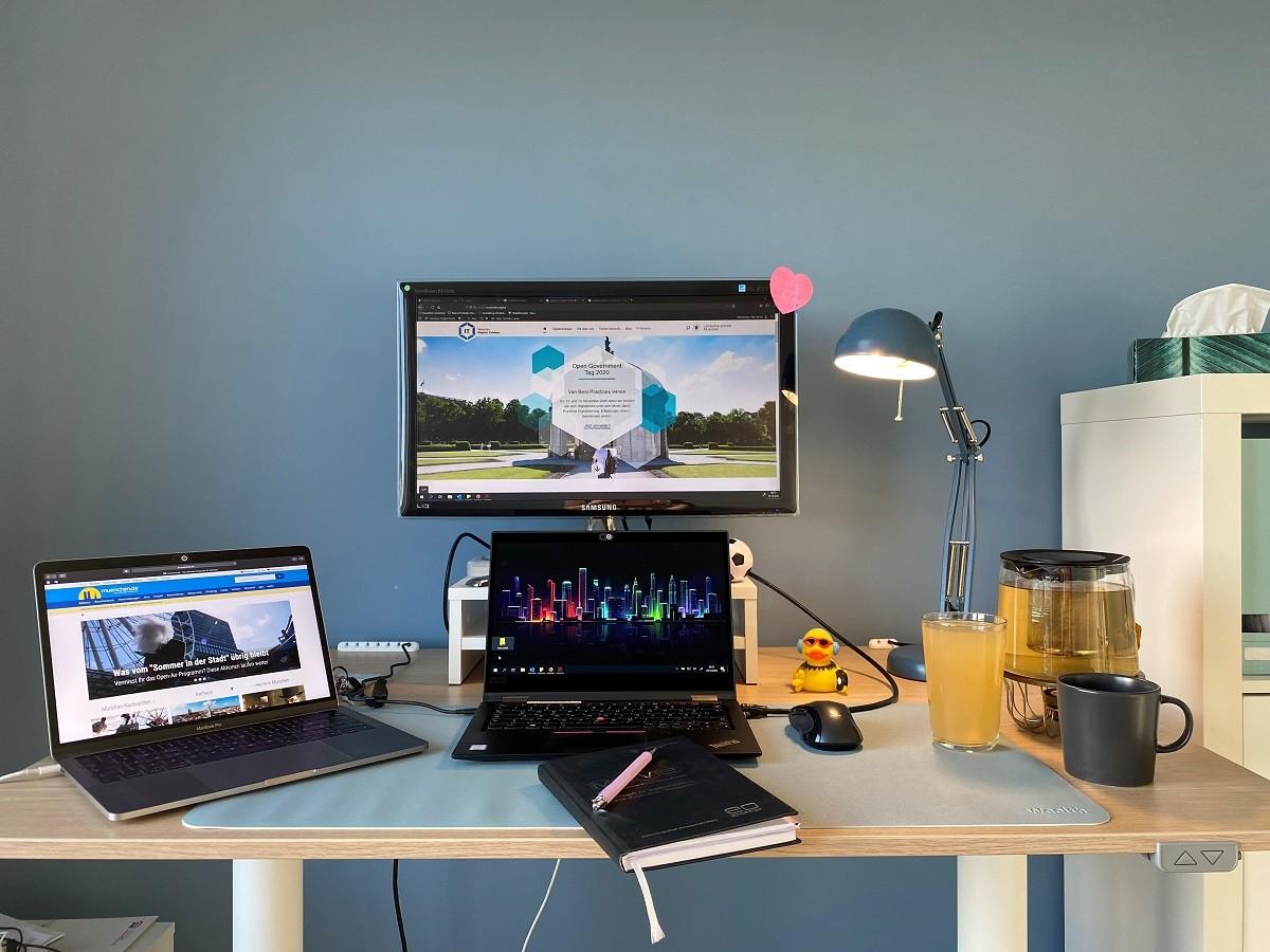 Arbeitsplatz im Homeoffice mit Desk-sharing: zwei Laptops, ein zusätzlicher Bildschirm