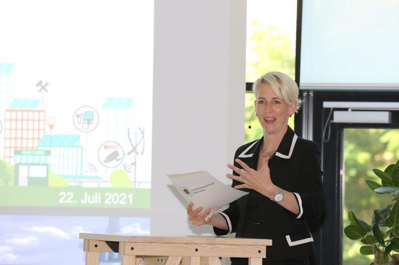Bürgermeisterin Habenschaden freut sich anlässlich der Verleihung des Innovationspreis 2021