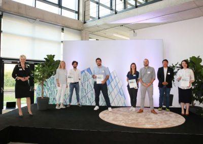 Bürgermeisterin Habenschaden mit den Gewinnern des Innovationspreis 2021