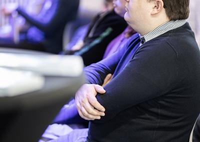 Interessierte verfolgen den Vortrag der Start-ups