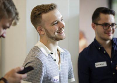 Junger Mitarbeiter der Stadt München lächelt
