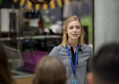 Eine Mitarbeiterin von Mircosoft gibt Führungen durch die Arbeitswelten.