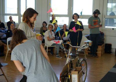 Auf dem GovJam17 steht ein Fahrrad in der Mitte, die Teilnehmer schauen es an