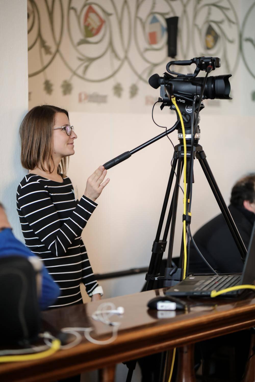 Eine Frau filmt auf dem Open Government Tag