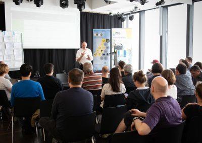 IT-Referent Thomas Bönig hält eine Session