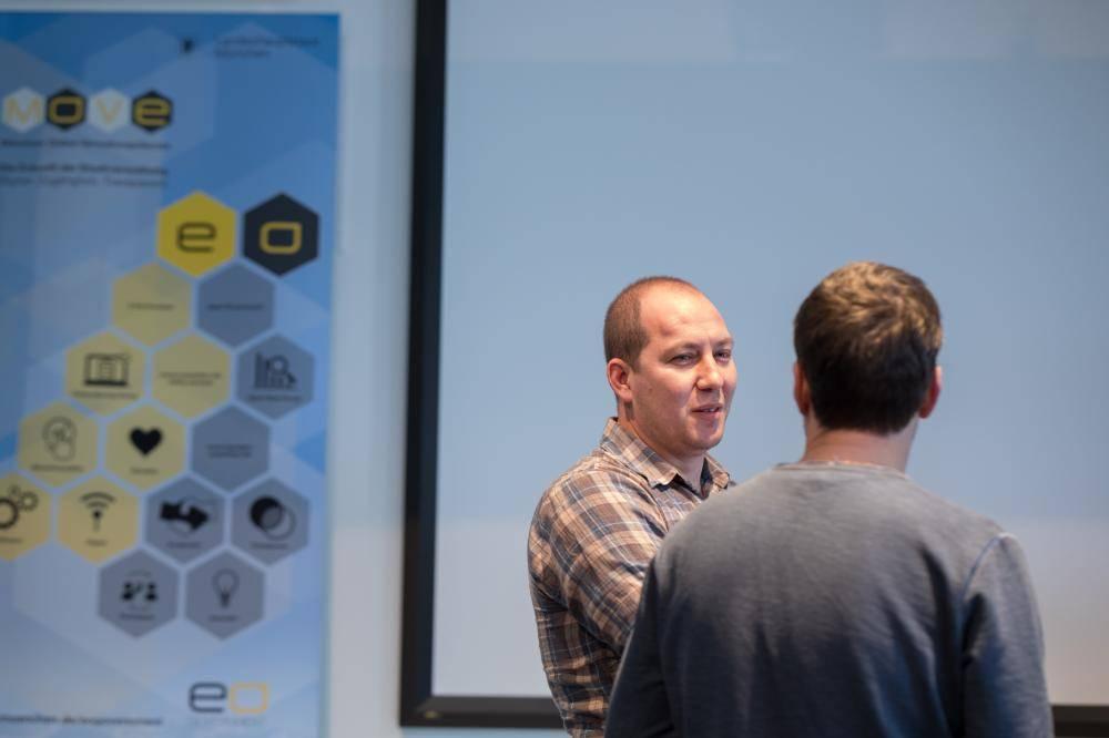 Teilnehmer vernetzen sich auf Hackathon