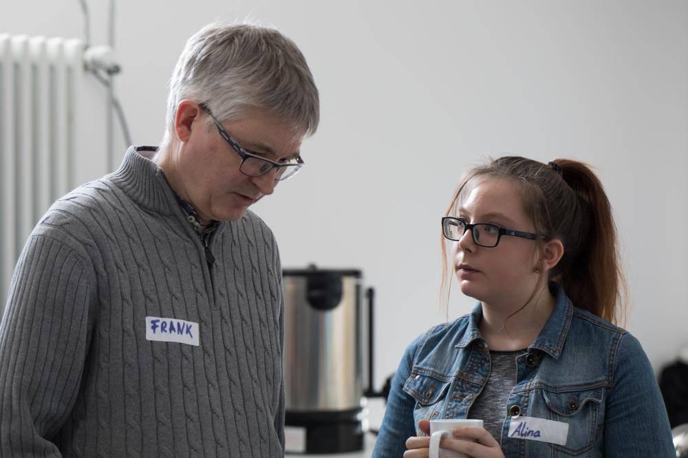Teilnehmer networken auf dem Hackathon