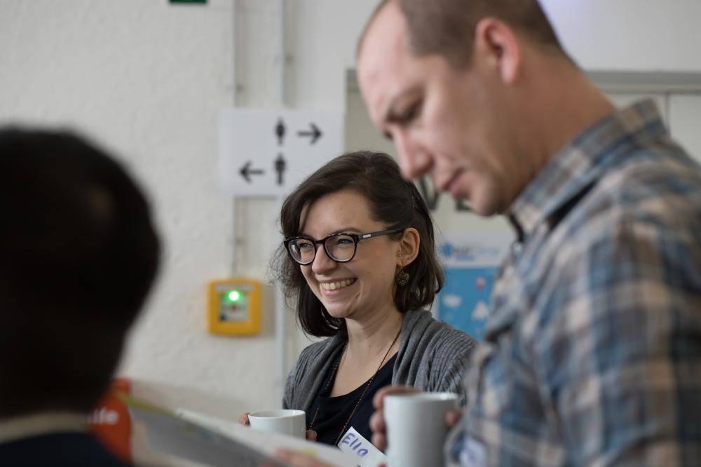 Teilnehmer lachen auf dem Hackathon