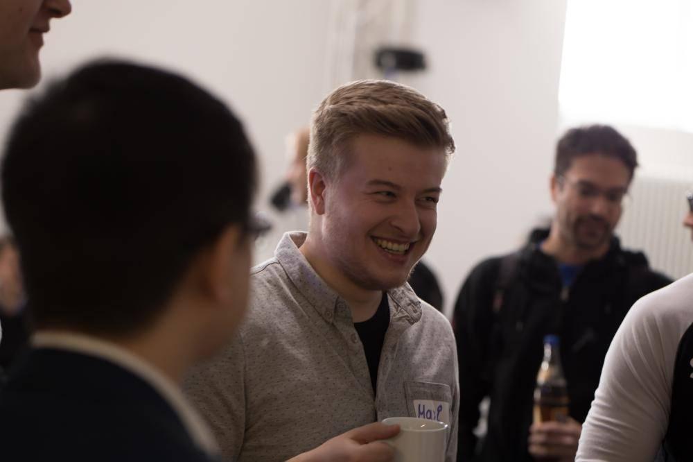 Teilnehmer unterhalten sich im Eventspace
