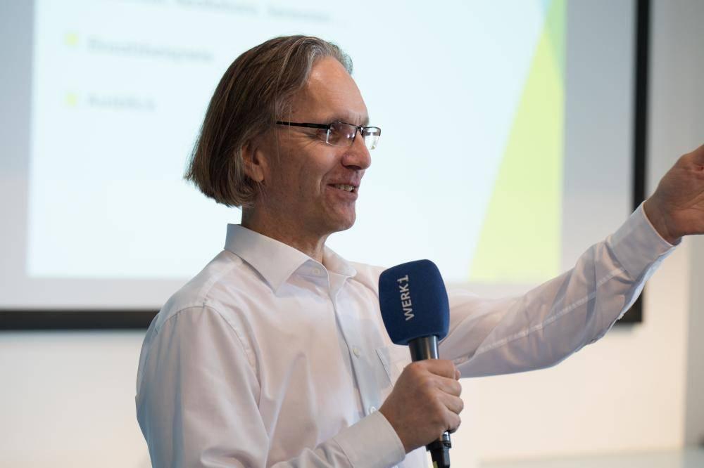 Wolfgang Glock begrüßt auf dem Hackathon 2018