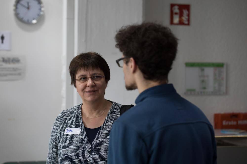 Teilnehmer unterhalten sich auf dem Hackathon