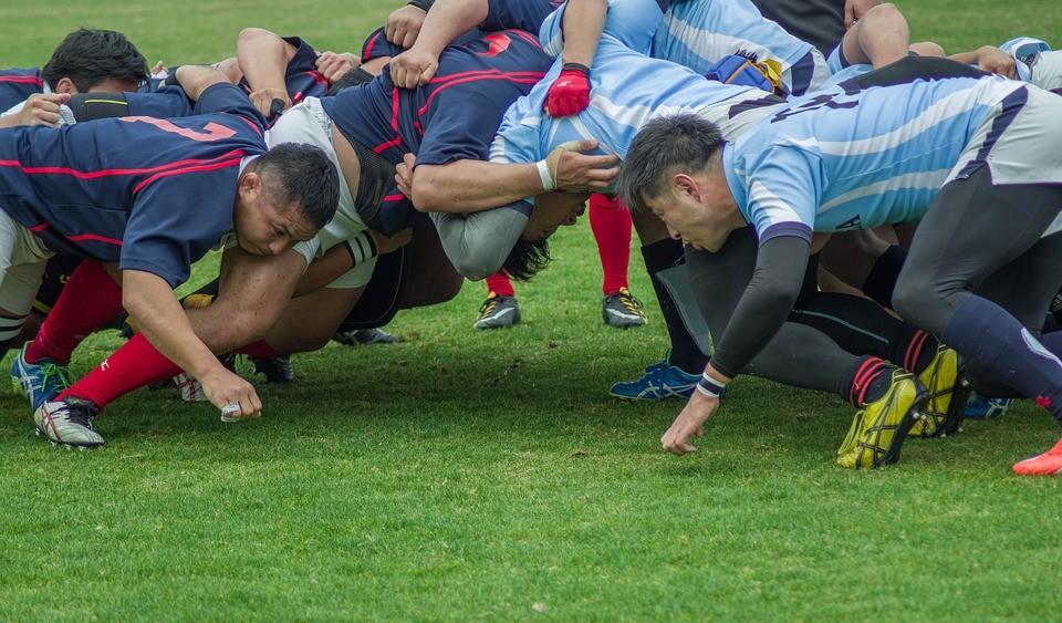 Rugby Spieler während eines Spiels auf dem Rasen